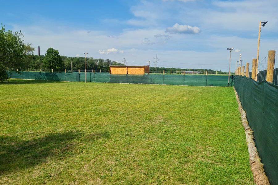 Hundespielplatz-Koeln-Poller-Wiese-3